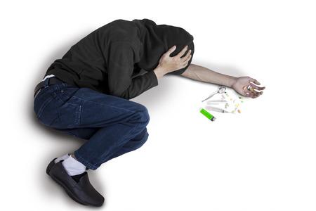 malos habitos: Bad guy - adicto con una jeringa usando medicamentos que se sientan en el suelo