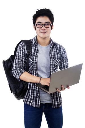 ノート パソコンと若い男性学生。白い背景で隔離
