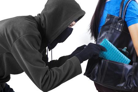 ladron: Ladr�n que roba un monedero de bolso de una mujer. aislado en fondo blanco Foto de archivo