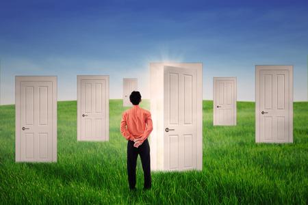 tocar la puerta: Hombre de negocios con muchas opciones