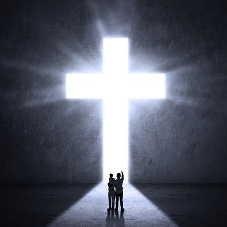 イエスの十字架を見る家族のシルエット