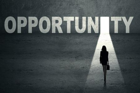 portone: Imprenditrice a piedi verso una porta di opportunità