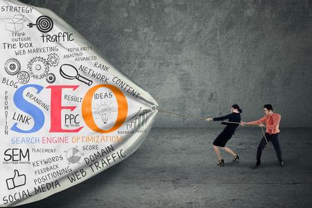 Portrait von zwei Geschäftsleuten ziehen SEO-Banner Standard-Bild - 27746570