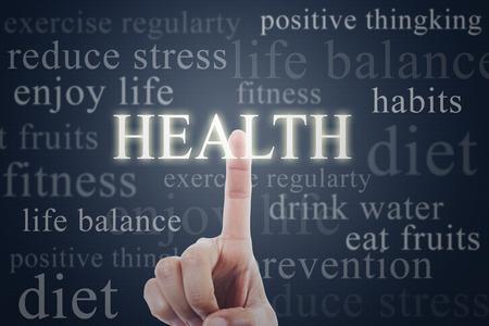 미래 지향적 인 인터페이스에 건강 단어를 누르면 손가락 스톡 콘텐츠