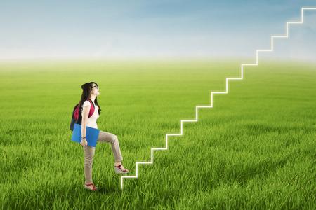彼女の成功を得るために大学生の階段のステップ アップ 写真素材