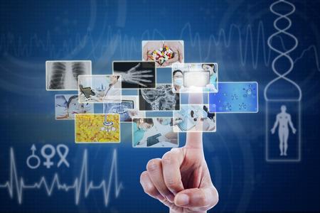 Docteur toucher images sur l'écran virtuel bleu Banque d'images