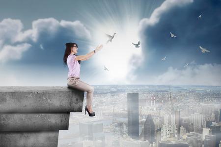 fille indienne: Heureux d'affaires lib�rer les oiseaux depuis le toit