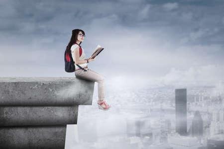 libros volando: Libro de lectura de los estudiantes en la azotea