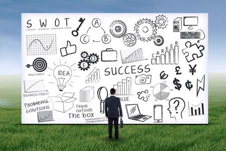 foda: Empresario busca en la estrategia de negocios en la pizarra. Disparo al aire libre Foto de archivo
