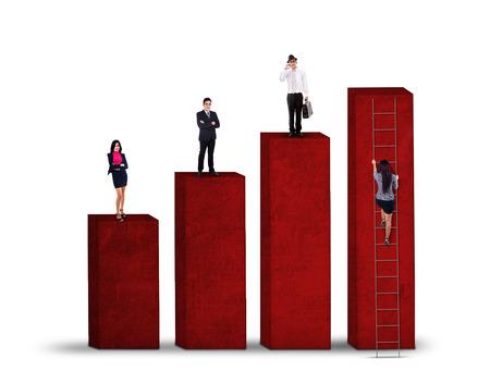 subir escaleras: Competición concepto de negocio con la gente de negocios de pie en el gráfico y el otro a tratar de escalar Foto de archivo