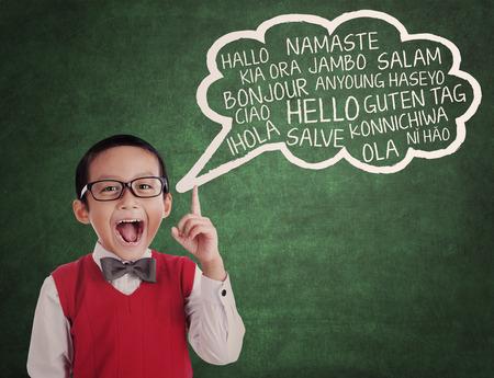 Onderwijs concept: schooljongen leren universele taal op klas