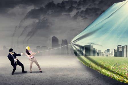 medio ambiente: Ingeniero de tratar de salvar el medio ambiente tirando de una bandera de la nueva ciudad verde