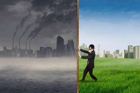 contaminacion aire: Empresario cambiar el entorno empujando una bandera de la contaminación del aire a una bandera de la ciudad verde