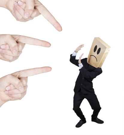 discriminacion: Hombre de negocios preocupado con la cabeza de cartón regañó por personas