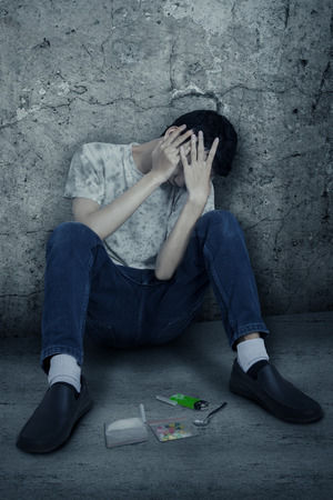 sobredosis: Alucinógenos usuario y sentado en la esquina