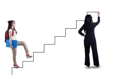 subir escaleras: Estudiante de colegio intensificación en las escaleras dirigidas por el profesor para lograr su éxito
