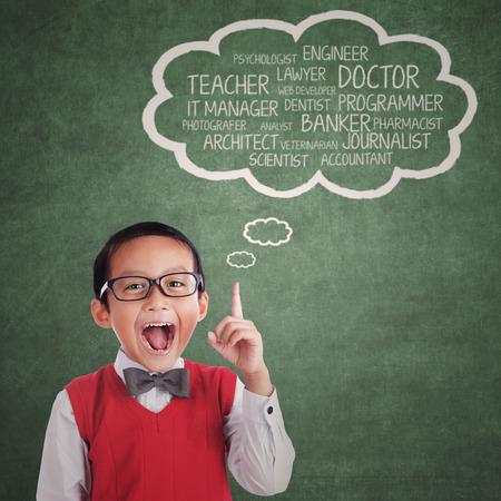 Enfant asiatique en montrant de nombreux aspirations dessus de sa tête