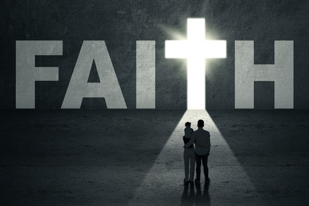 simbolos religiosos: Vista posterior de la joven familia cristiana a caminar hacia la puerta fe