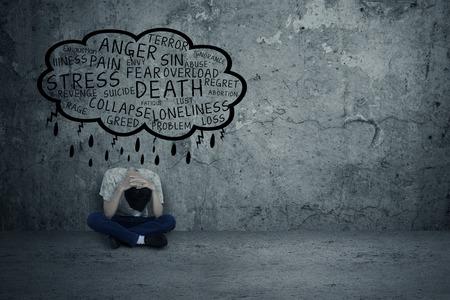 deprese: Depresivní člověk sedí sám, protože mnoho problémů