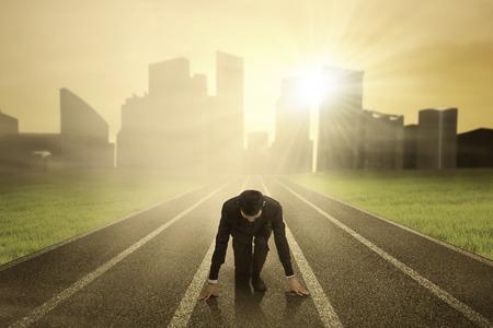 Podnikatel v pohotovostní poloze na závod na trati Reklamní fotografie
