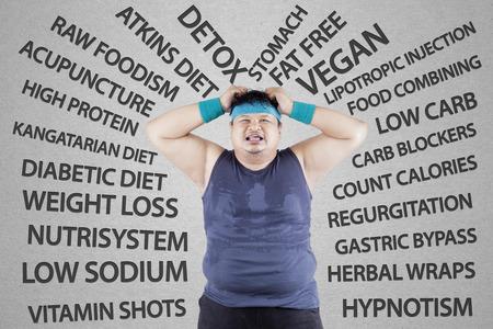 frustrace: Stresující muž s hmotností problém, vyjadřující stres