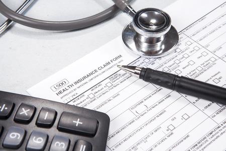 medical people: Costo de concepto de salud. Estetoscopio, formulario de salud, pluma, gafas y calculadora. Foto de archivo