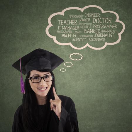 toga: Estudiante feliz en la tapa de graduación con su futura carrera