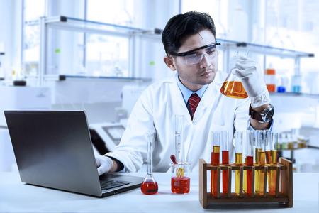 investigador cientifico: Qu�mico asi�tica que trabaja en el laboratorio e investigaci�n