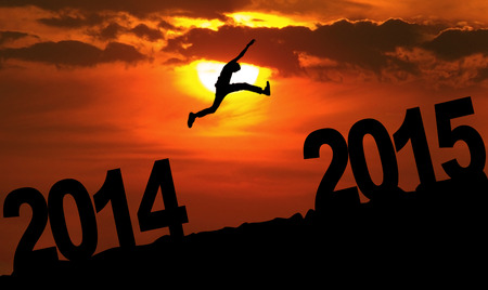january sunrise: Persona silueta saltando sobre 2015 en la colina al atardecer