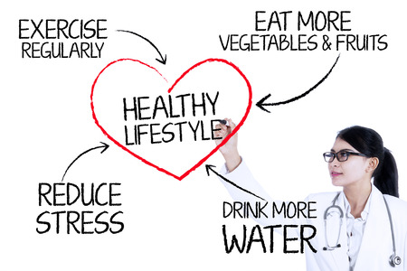 vida sana: Dibujo concepto de estilo de vida saludable con el marcador en la pared de vidrio Mujer m�dico Foto de archivo