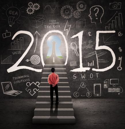 nouvel an: Jeune homme d'affaires debout sur l'escalier et chercher une porte de la r�ussite en 2015