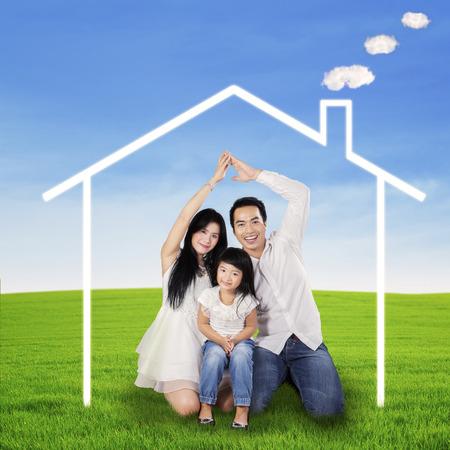 sue�os: Padre y madre hicieron una casa de ensue�o de sus manos Foto de archivo