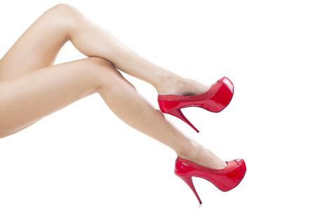 junge nackte m�dchen: Perfekte weibliche Beine tragen High Heels isoliert auf wei�em Hintergrund