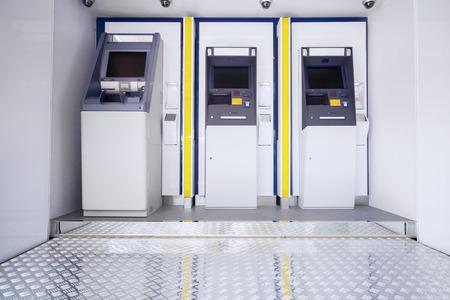 automatic transaction machine: Nueva máquina de tres atm en lugar público