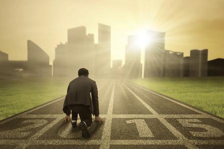 start of race: Persona de negocios en posici�n de listo en la pista para correr y perseguir a su objetivo