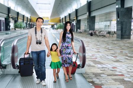 happy holidays: Portret van Aziatische familie met bagage en lopen op de luchthaven hal voor vakantie Stockfoto
