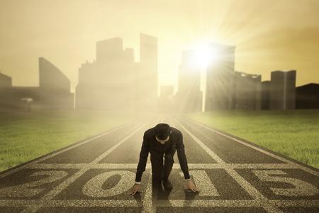successful people: L'uomo in ginocchio sulla pista e pronto a inseguire il suo sogno per il futuro 2015