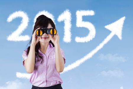 prospect: Portrait d'une femme d'utiliser des jumelles pour regarder la perspective en 2015 pour d�velopper son activit�