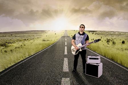 yetenekli: Yolda elektro gitar çalmaya yetenekli gitarist portresi