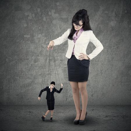 dominacion: Imagen de la joven empresaria titiritero. Concepto de la dirección