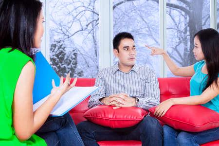 terapia psicologica: Psic�logo sexo femenino que da consejos a sus pacientes durante la sesi�n de terapia psicol�gica