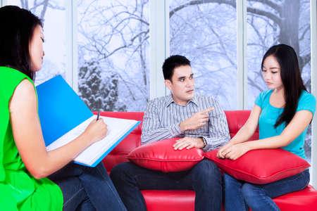 terapia psicologica: Psicólogo Mujer hacer una nota durante la sesión de terapia psicológica Foto de archivo