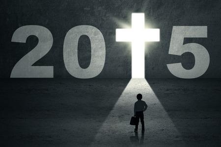 cruz de jesus: Muchacho que se coloca en el camino y mirando a una puerta futuro con número 2015