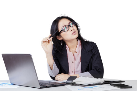 pensando: Retrato de empresario chino en traje de negocios haciendo su trabajo, pensando una idea Foto de archivo