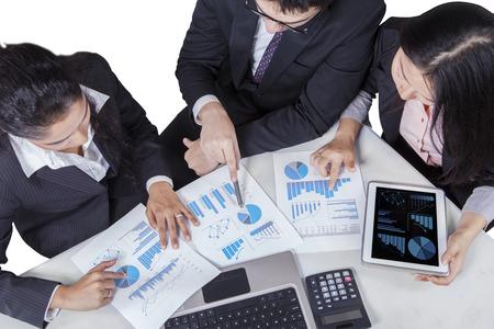 contabilidad financiera: Vista de ángulo alto de múltiples negocios étnicos en discusiones sobre carta de asunto en una reunión