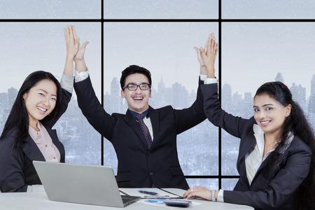 manos aplaudiendo: Retrato de alegre Equipo de negocios multicultural sonriendo a la c�mara