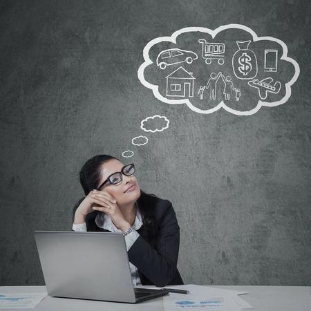 planificaci�n familiar: Encargado joven que trabaja en el escritorio mientras imaginar sus sue�os sobre su futuro