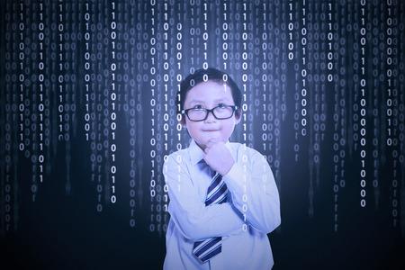 그것에 이진 코드로 컴퓨터 화면 앞에 어린 소년의 초상화