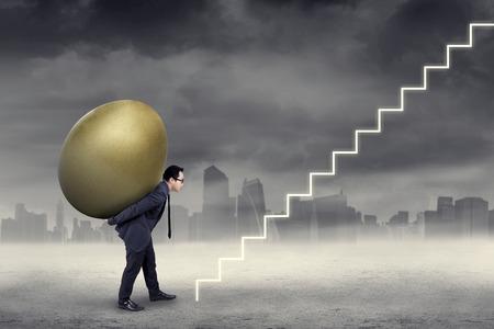 Succesvolle ondernemer uitvoering gouden ei tot de hemel door een trap