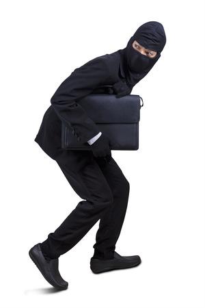 hijacker: Hombre de negocios con m�scara de robo de un malet�n, un disparo en el estudio aislado sobre blanco